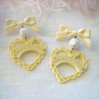 Creme and Vanilla Sweetheart Earrings #springtrend #pastel #bows