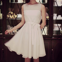 Sleeveless see-through collar simple but fabulous white dress