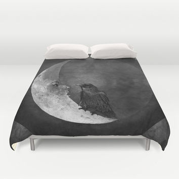 The crow and its moon. Duvet Cover by Barruf