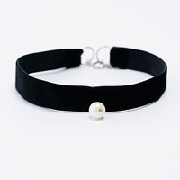 Pearl and Velvet Choker in Black - Urban Outfitters