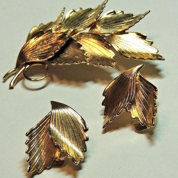 Leaf Brooch Earrings, Bright Gold Tone, Multidimensional, 1960s jewelry,Costume Jewelry, Vintage Jewelry (3kbx)