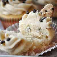 Chocolate Chip Cookie Dough Filled Cupcakes with Brown Sugar Buttercream   FoodPornDaily