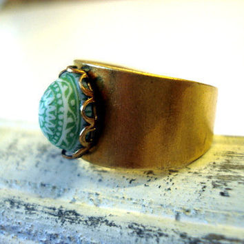 "Vintage Button Ring ""Pistachio"" - shimmering gold-coloured ring w/ vintage light green stone, Moroccan style"