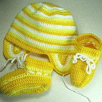 Hat and booties set in yellow and white for newborn babies to 6 months