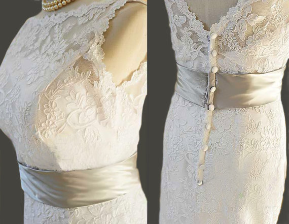 Vintage Lace Wedding Dress Bridal Gown Deep V Neck Buttons Satin Sash A LINE Fitted Scallop Edge in white Ivory