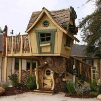 The Well Appointed House by Melissa Hawks. Deluxe Upgraded Tommy's Turbo Terrace Treehouse