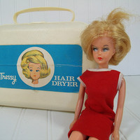 Vintage Tressy Doll with Original Hair Dryer - Retro Barbie Style Fashion Doll in Original Clothes with Hair That Grows & 6 Piece Beauty Set