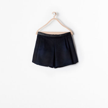 Pleated skirt with waist detail