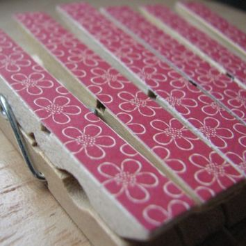 Set of 6 - Pretty Decoupaged Clothespin Clips - Crazy Daisy Red and Cream