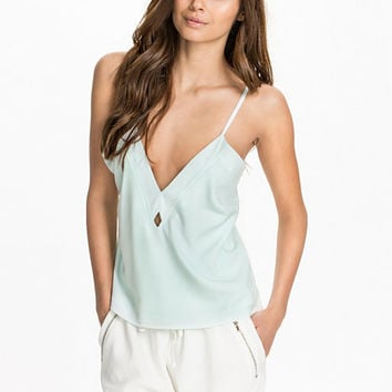 The Cut Out Woven Top, NLY Trend