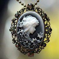 Beautiful Victorian Lady Big Cameo Pendant Necklace