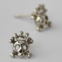 Tiny Skull with crown Earrings , fun, sweet, petit 925 Sterling silver Earrings
