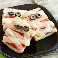 Halloween / Mummy Pizzas (and lots of other kid friendly Halloween ideas!)