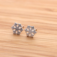 SNOWFLAKE stud earrings, in silver | girlsluv.it