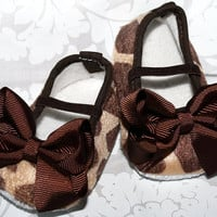 1 Pair of SASSY Brown GIRAFFE Baby Crib Shoes by thefloppyflower