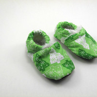 Baby Booties for Christmas Time,  0-6 months, in Green Christmas Trees