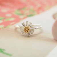 White daisy flower ring in 92.5 Sterling silver