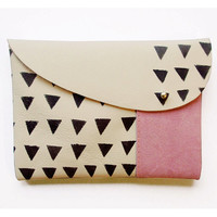 MIXED CLUTCH / beige leather pink suede black triangles