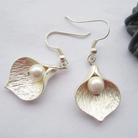 earrings---silvery Calla Lily pendant with Freshwater pearl & silvery ear hook