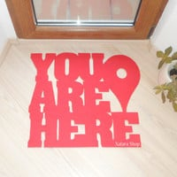 "Divertido y original felpudo ""You are here"" con pin de Google maps. Mensaje personalizado"