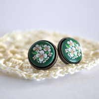 Post Earrings Green Glass with White Flowers by Maguida on Etsy