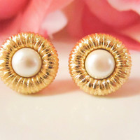 Bridesmaid Earrings,Vintage Gold Textured Pearl Earrings ,Vintage Button Earrings, Vintage earrings, gold studs, Spring jewelry, Wedding