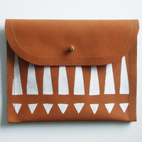 CLUTCH (m) // brown leather with white tribal print
