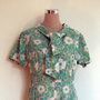 1960&#x27;s summer dress / 60&#x27;s floral dress / vintage day dress. Tie collar. Daisy print. Green dress. Metal zip. Mad Men fashion. XLarge