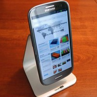Floating Universal Mobile Device Stand | The Gadget Flow