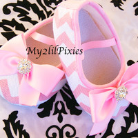 Baby Crib Shoes, Pink Chevron Shoes, Shoes with bows, soft sole shoes, newborn shoes, slip on, Pink, Infant slippers, more colors